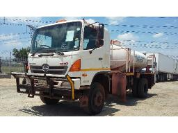 2011-toyota-hino-500-1322-4x4-water-tanker-with-pressure-cleaner-located-at-aucor-midrand-truck-yard-