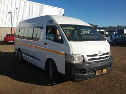 2010-toyota-quantum-2-7-sesfikile-15-seater-resprayed-windows-faulty