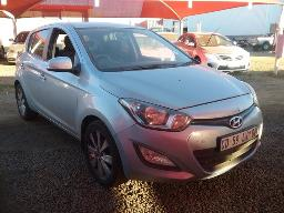 2012-hyundai-i20-1-4-glide-windscreen-cracked-scratches-along-body-parts-left-rear-light-lens-broken