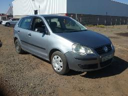 2009-volkswagen-polo-1-6-comfortline-dent-scratches-along-body-panels-windscreen-loose-resprayed