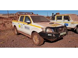 2013-toyota-hilux-2-5-d-4d-vnt-106kw-r-b-p-u-non-runner-visible-rust-front-bumper-loose-tail-gate-dented