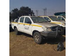 2010-toyota-hilux-2-5-d-4d-srx-4x4-p-u-d-c-runner-scratches-rust-marks-and-dented-all-over-rear-stop-light-missing