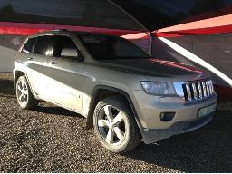 2012-jeep-grand-cherokee-3-6-overland-stone-chipmarks-on-the-windscreen