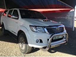 2015-toyota-hilux-3-0-d-4d-legend-45-r-b-p-u-d-c-with-a-canopy-rear-light-broken-glass-handle-of-canopy-broken