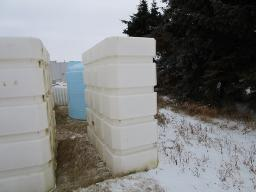 sq-ribbed-650-gal-plastic-tanks-vertical-
