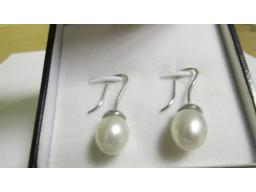 pair-pearl-earrings-teardrop